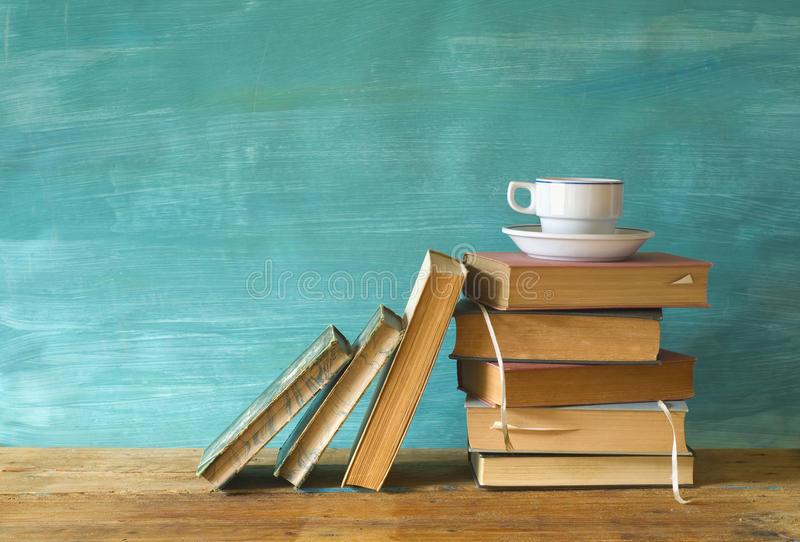 libri-con-una-tazza-di-caffè-43275399.jpg