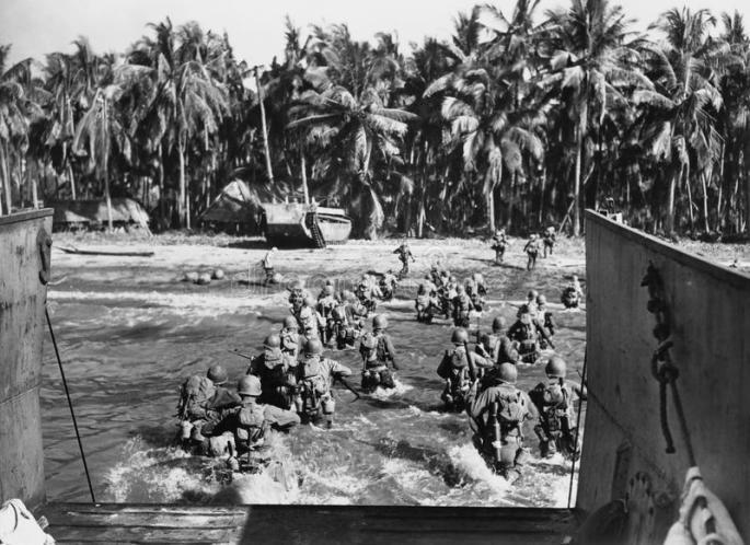 truppe-americane-che-infuriano-le-spiagge-durante-la-seconda-guerra-mondiale-tutte-le-persone-rappresentate-non-sono-vivente-più-51996853