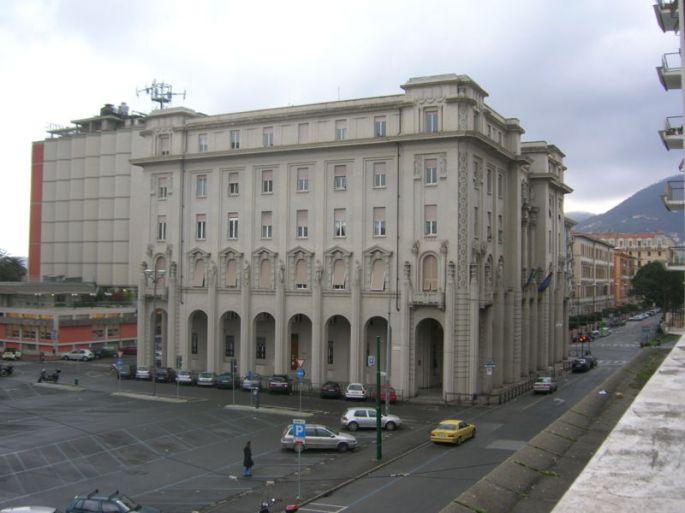 800px-La_Spezia_-_Palazzo_della_Provincia_e_Piazza_Bayreuth