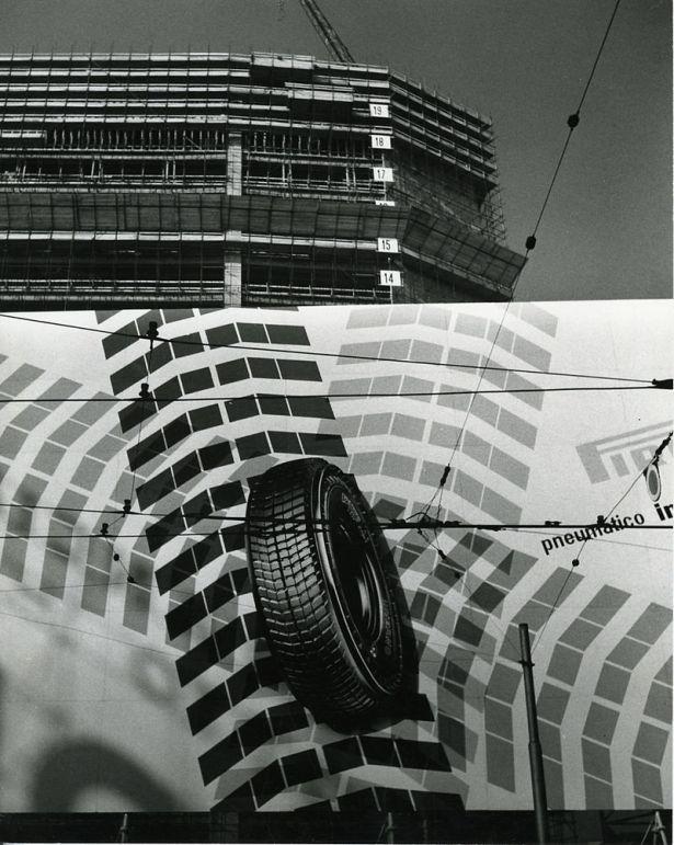 Il grattacielo Pirelli in costruzione nel 1958 (foto di Paolo Monti - Fondazione BEIC)